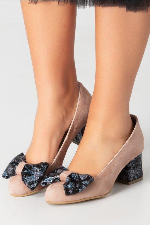 Pantofi nude cu insertii pe toc si fundita in fata