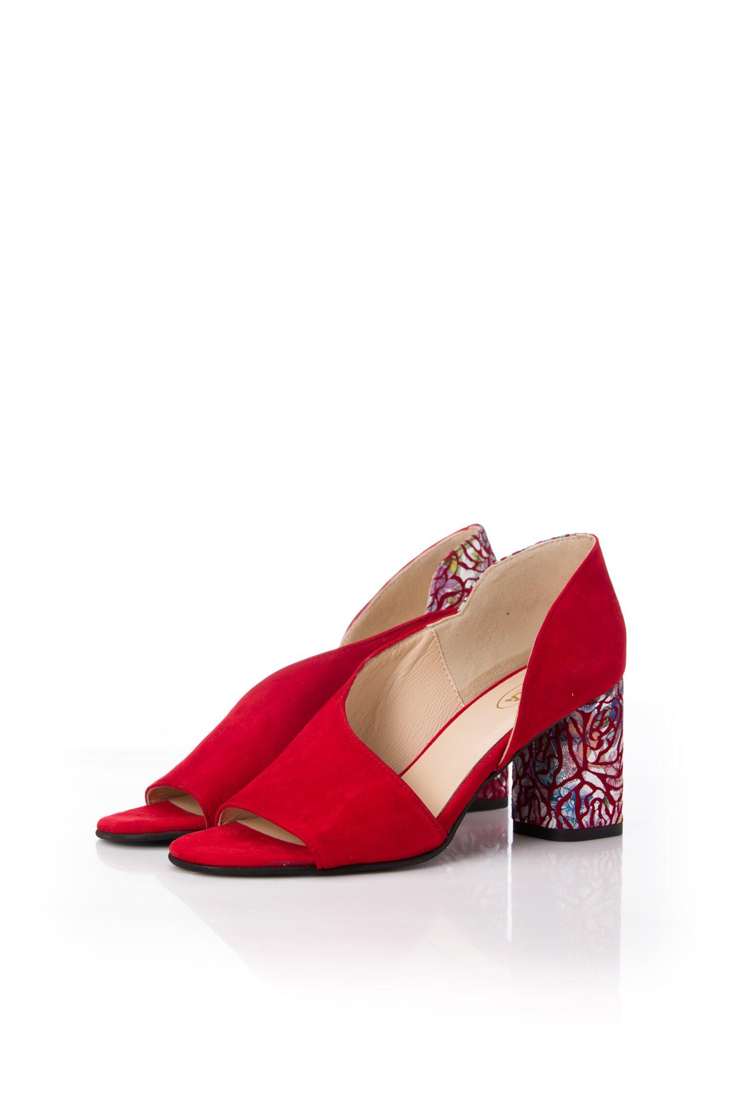 Pantofi rosii cu decupaj in fata si lateral si imprimeu pe toc imagine