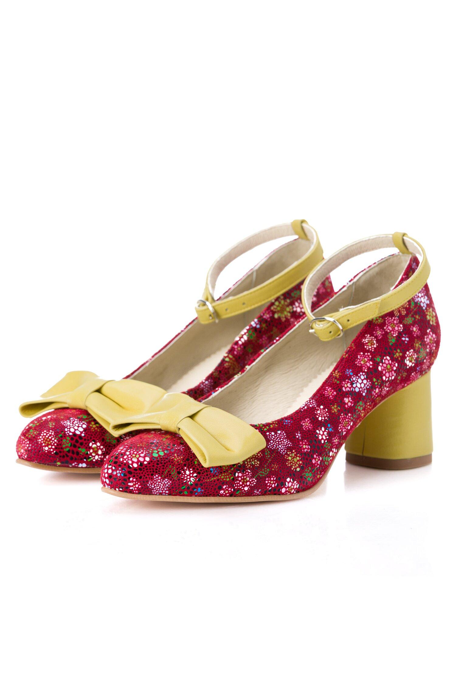 Pantofi rosii cu imprimeuri florale cu bareta si fundita galbene imagine