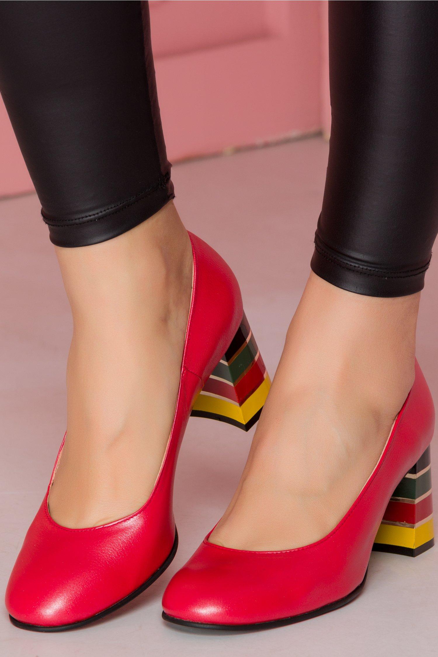 Pantofi rosii cu toc lacuit multicolor in dungi imagine