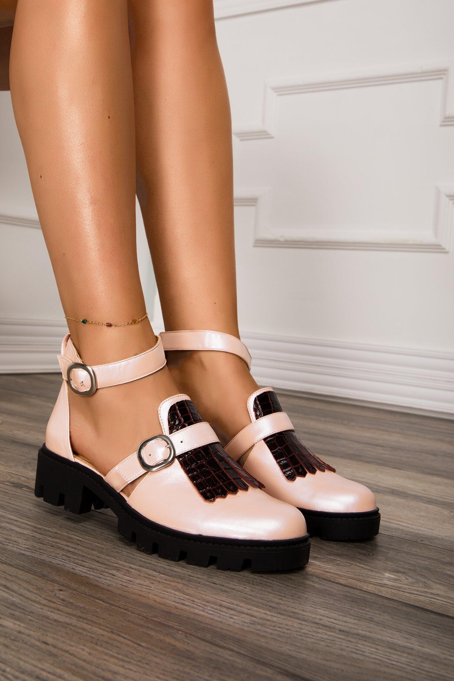 Pantofi roz decupati cu bareta la glezna si aplicatie pe varf