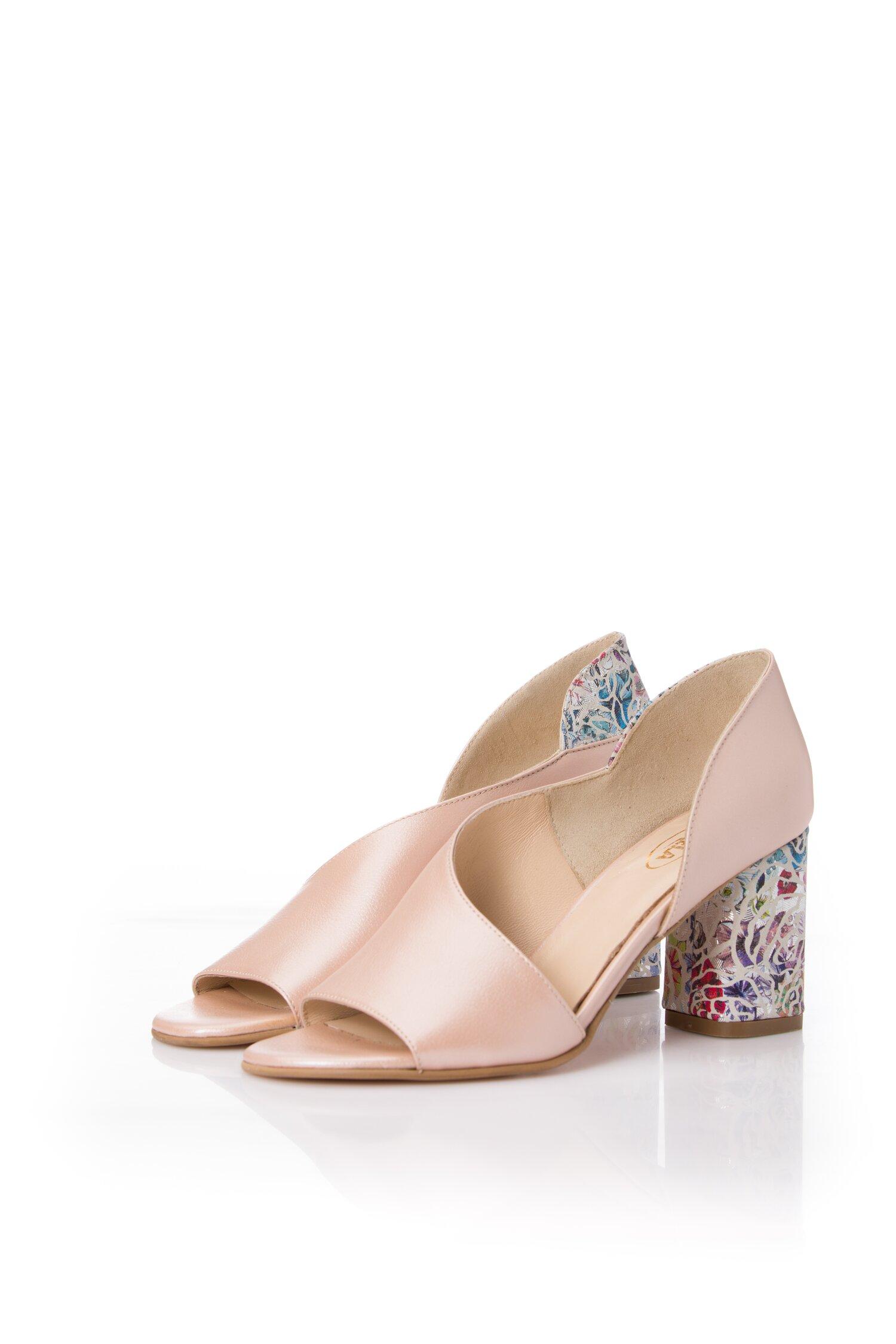 Pantofi roz sidefat cu decupaj in fata si lateral si imprimeu pe toc