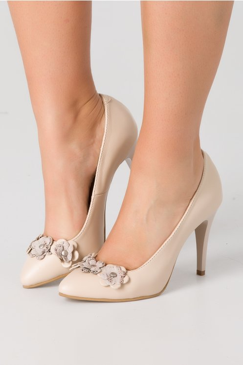 Pantofi stiletto crem cu aplicatii florale