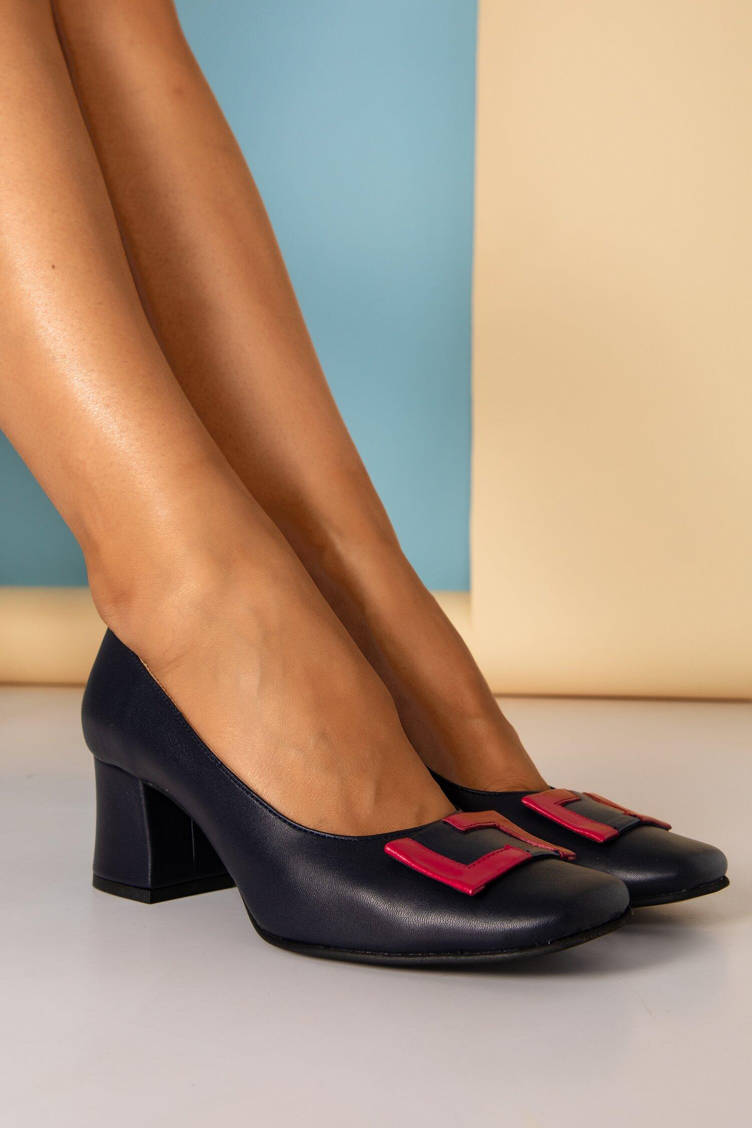 Pantofi Tanya bleumarini cu aplicatie fucsia pe varf si toc gros