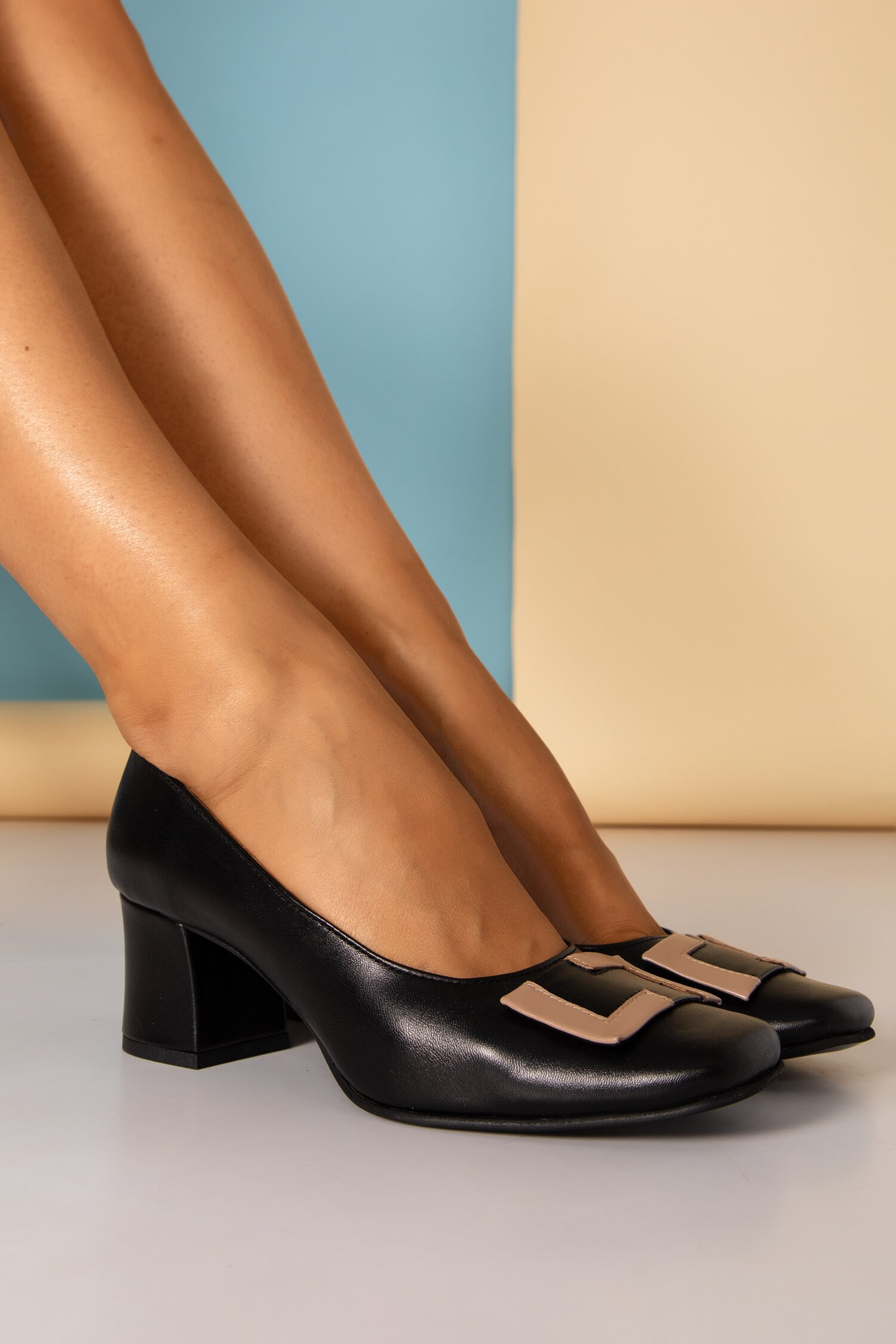 Pantofi Tanya negri cu aplicatie bej pe varf si toc gros imagine
