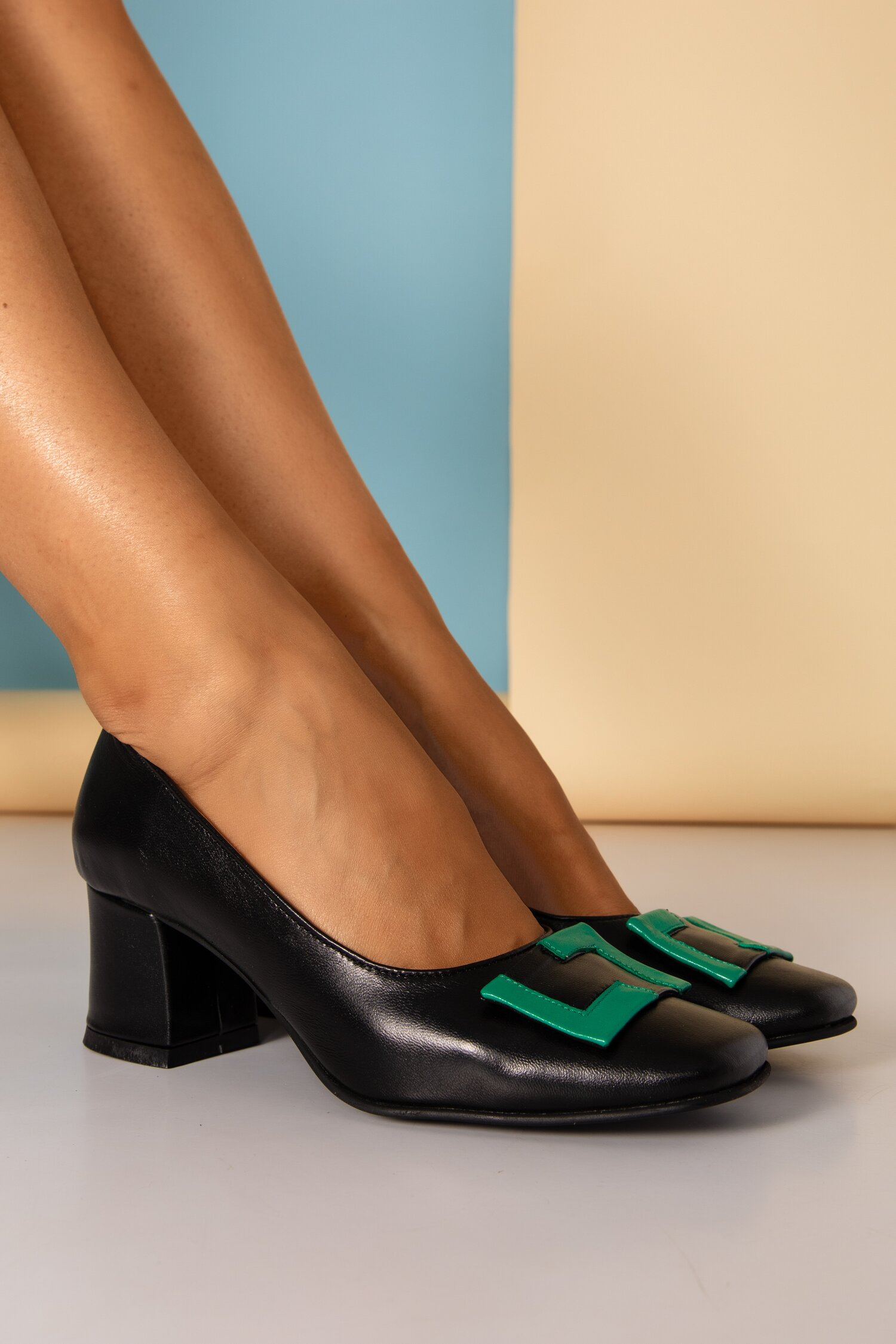 Pantofi Tanya negri cu aplicatie verde pe varf si toc gros imagine