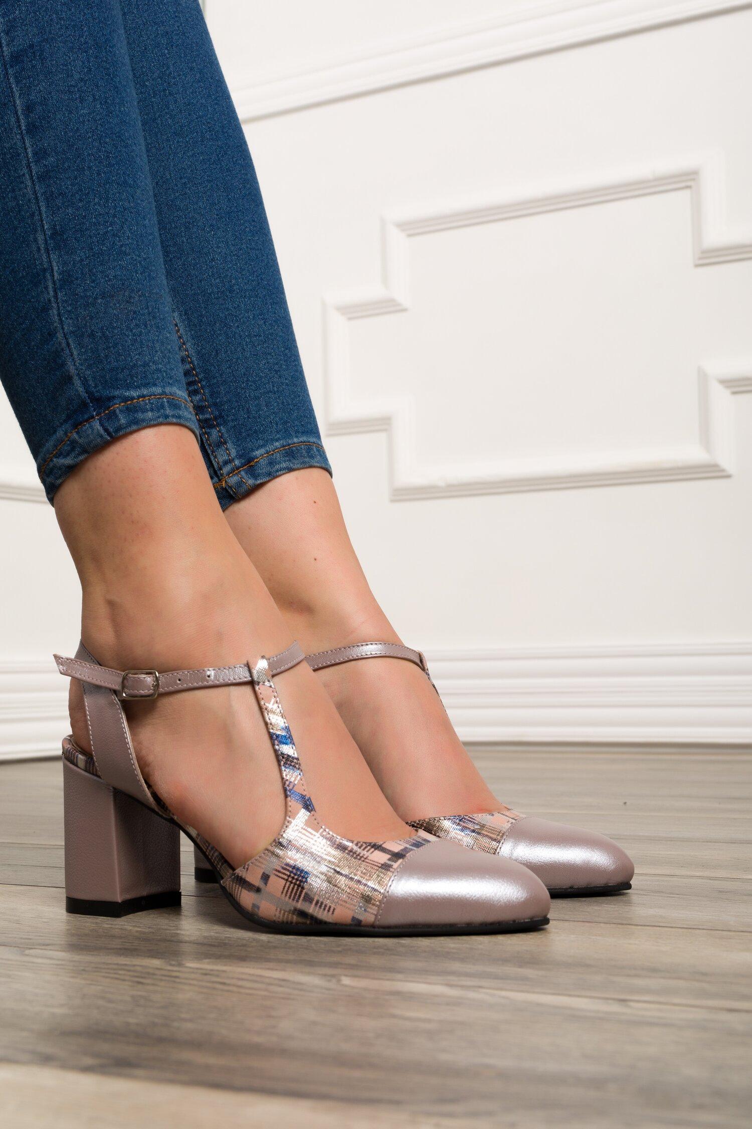 Pantofi taupe cu decupaj la calcai si imprimeu in carouri cu insertii argintii imagine