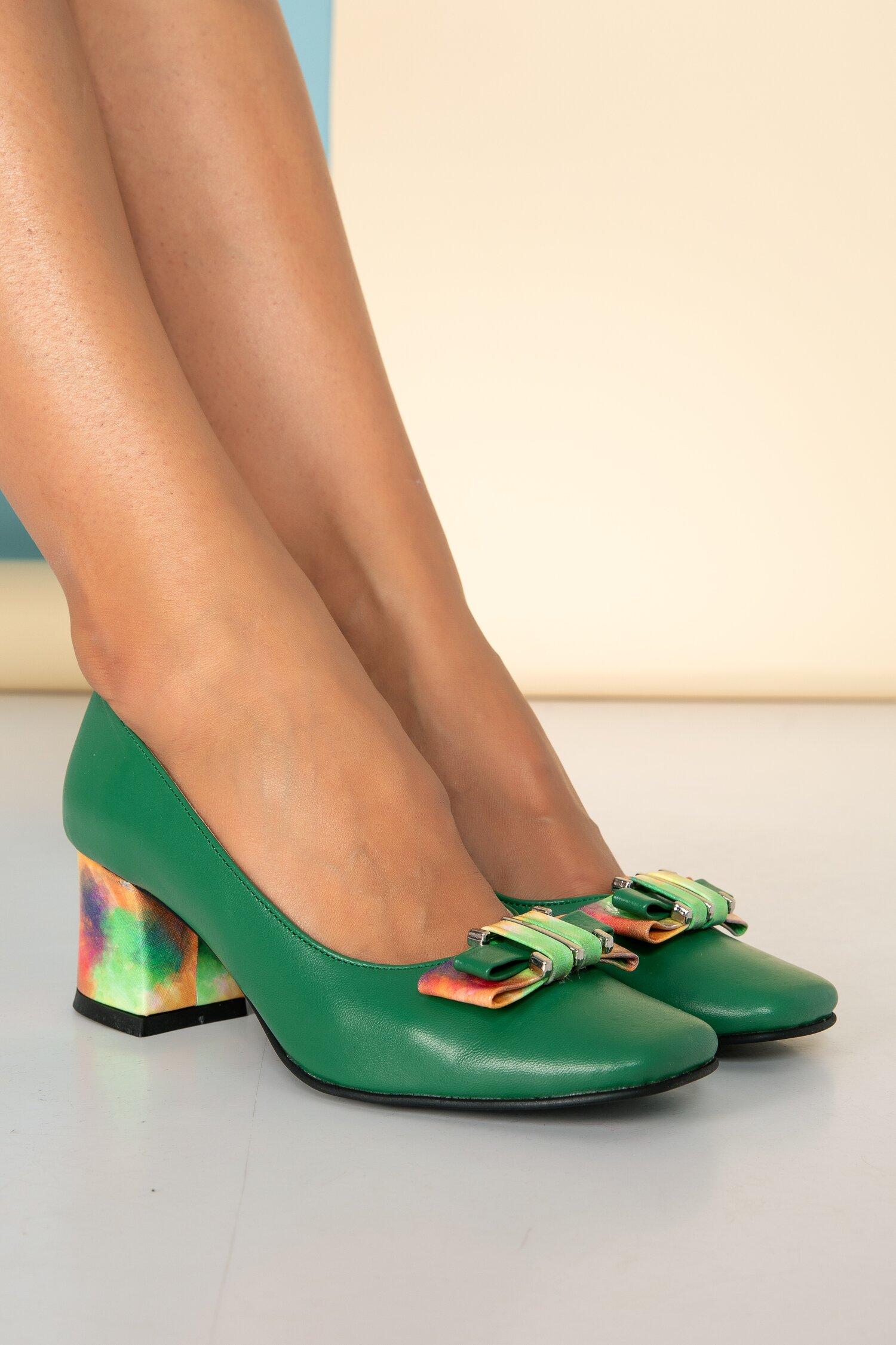 Pantofi verzi cu aplicatie metalica si fundita multicolora pe varf imagine