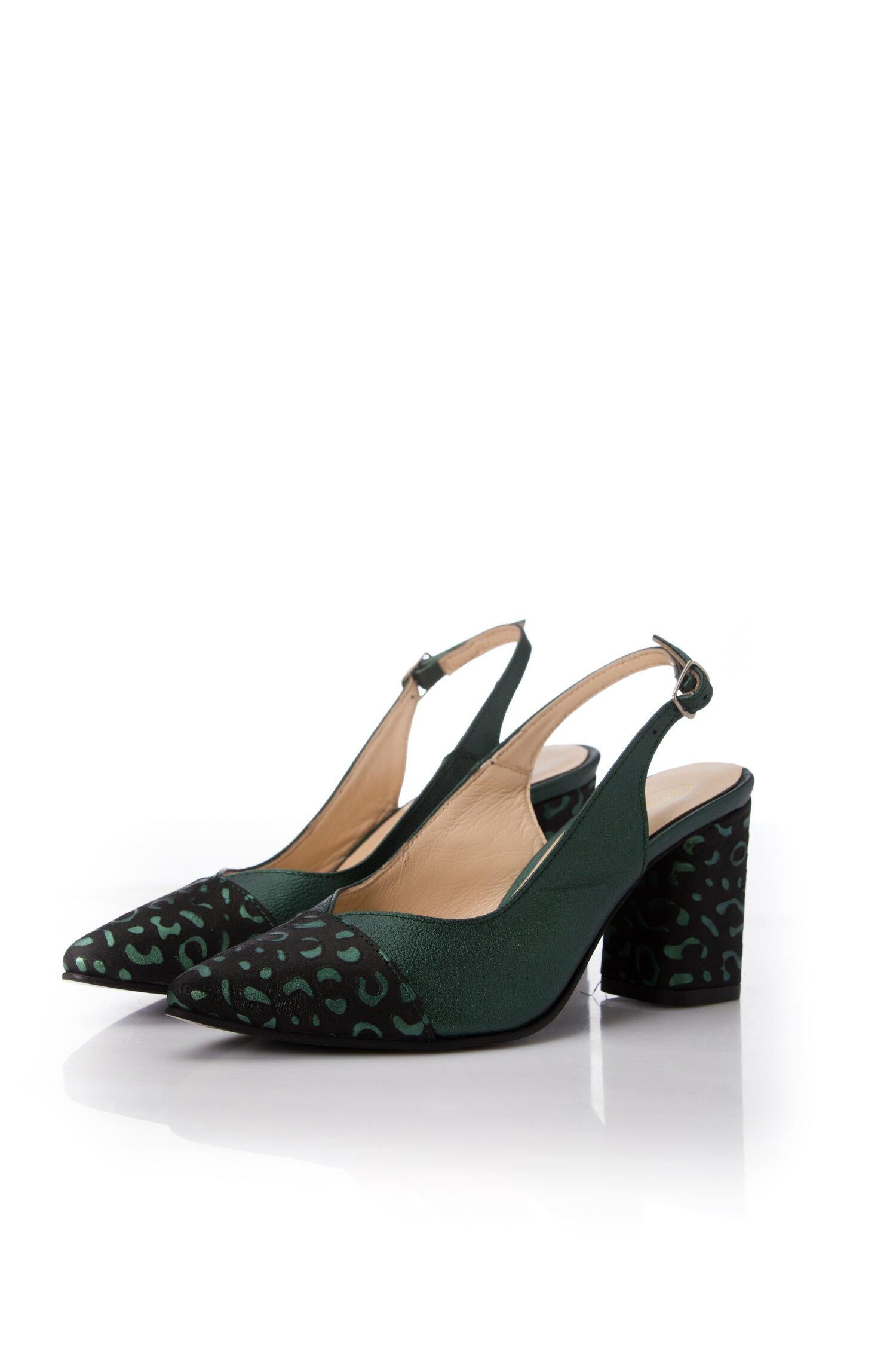 Pantofi verzi metalizat cu decupaj la calcai cu imprimeu leopard pe varf si toc