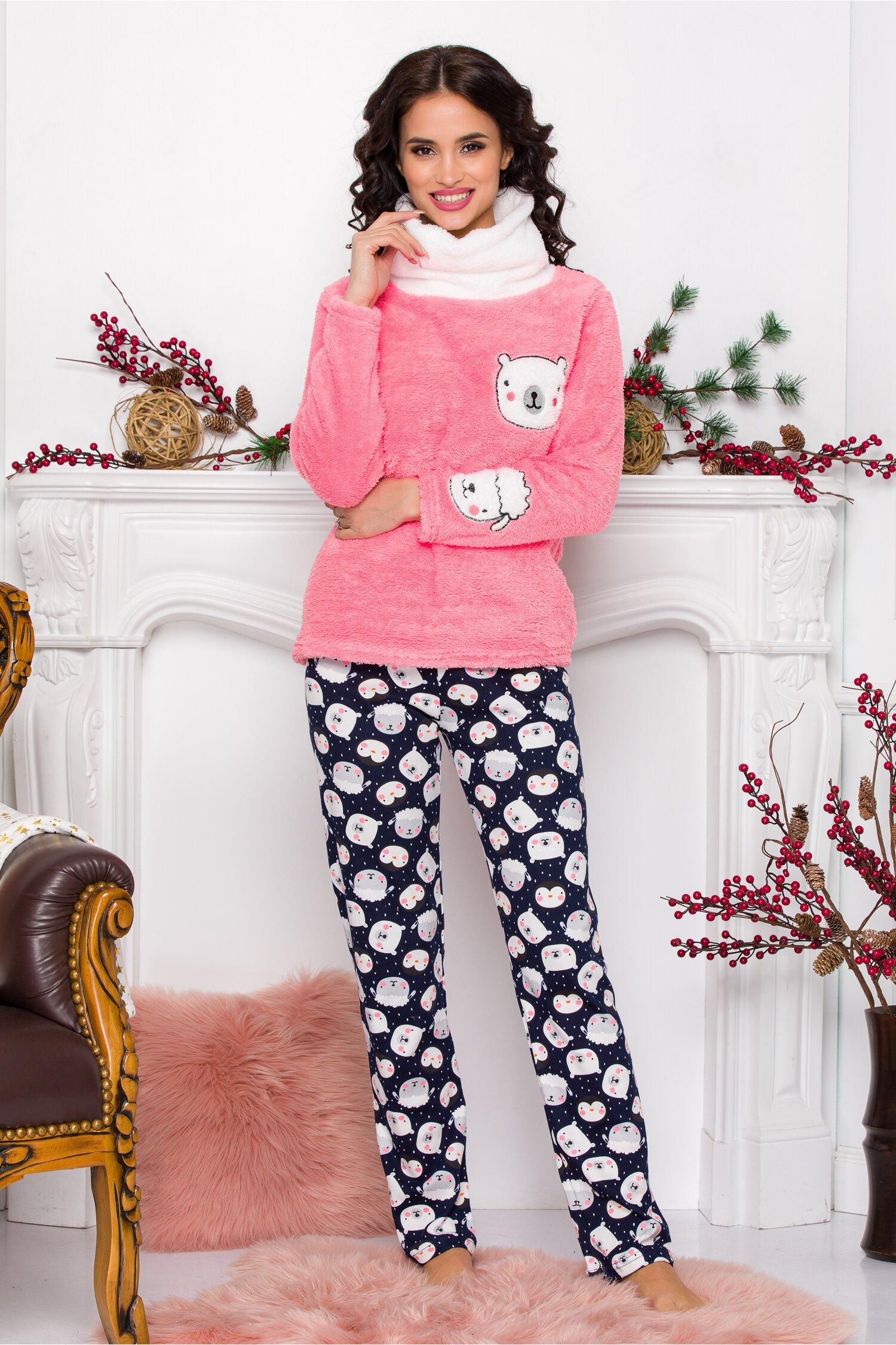 Pijama Fluffy cu bluza roz si pantaloni bleumarin cu imprimeu