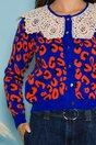 Pulover albastru cu imprimeu orange si broderie la baza gatului