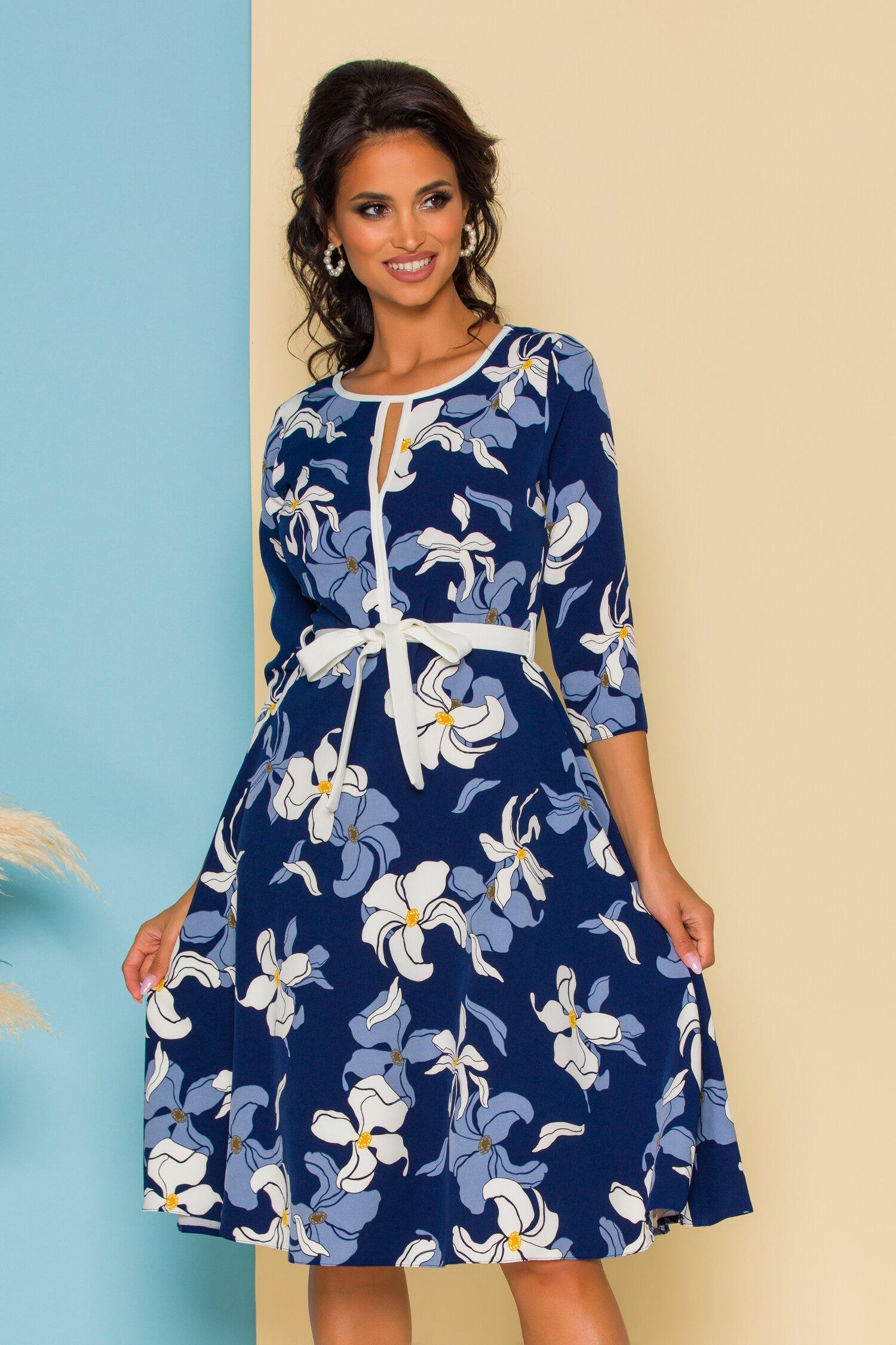 Rochie Ade clos albastra cu imprimeu floral alb si cordon in talie