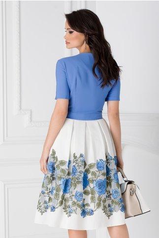 Rochie albastra cu imprimeu floral la baza