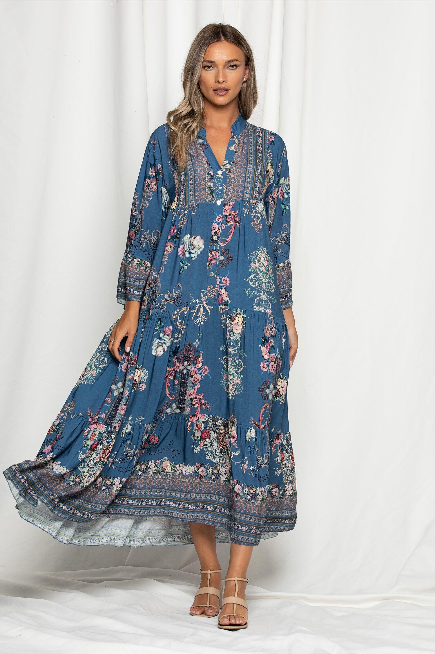 Rochie Aly albastra lejera cu imprimeu floral pastelat si maneci trei sferturi