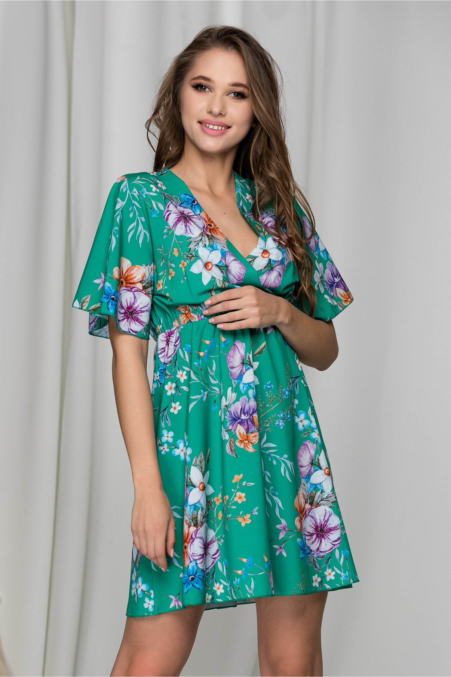 Rochie Casie verde vaporoasa cu imprimeuri florale si decolteu petrecut
