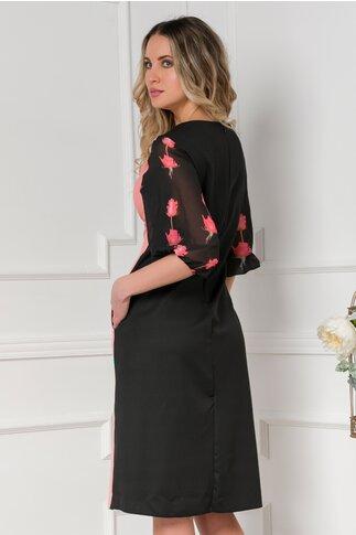 Rochie Clara negru si roz somon cu trandafiri si maneci trei  sferturi din voal