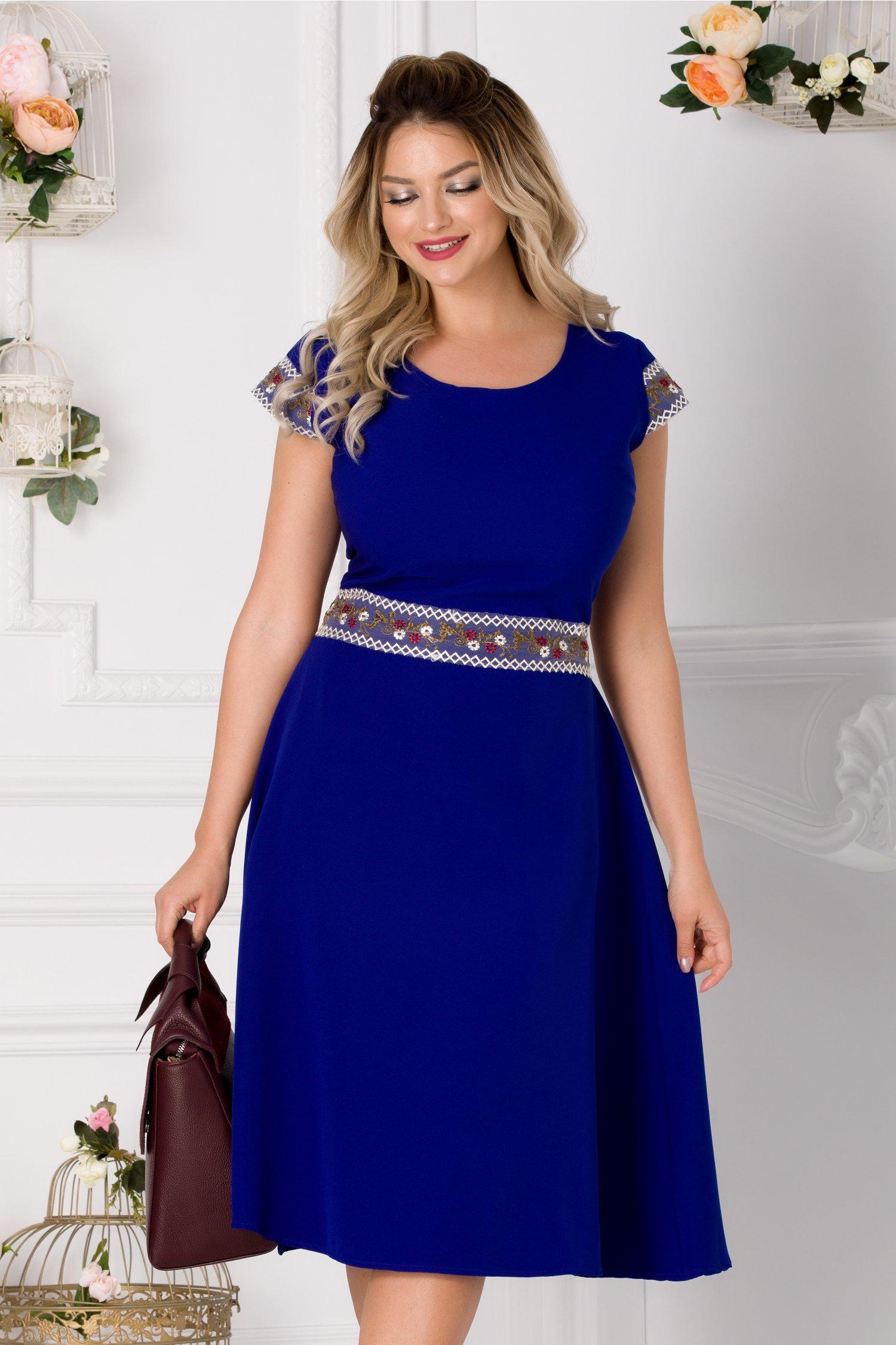 Rochie Coco albastra cu broderie florala in talie si la maneci