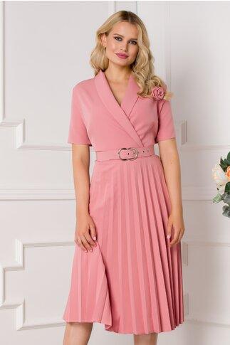 Rochie Damaris roz pudrat plisata cu trandafir la bust si manecile scurte