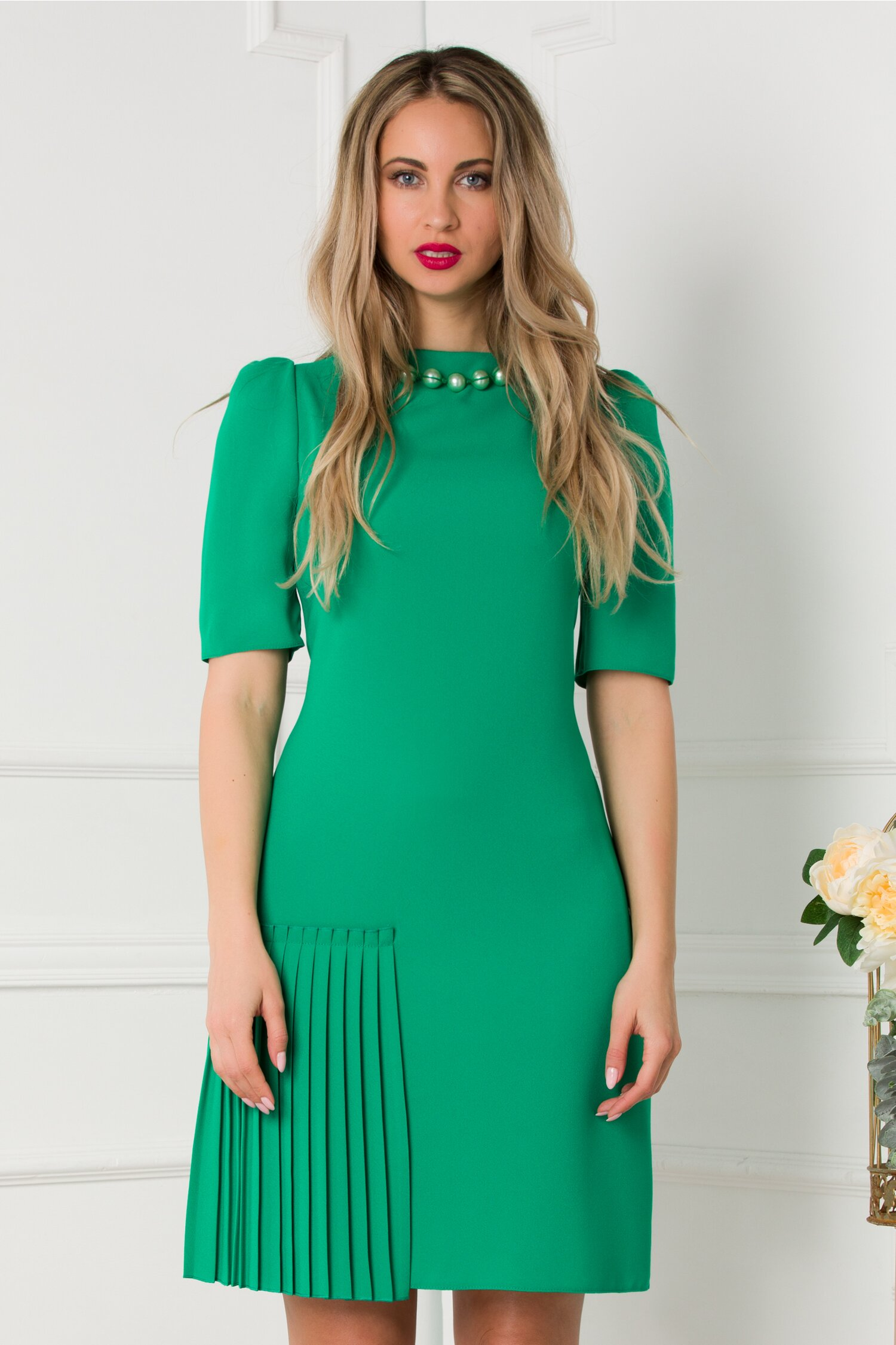 Rochie Deny verde accesorizata cu perle la decolteu