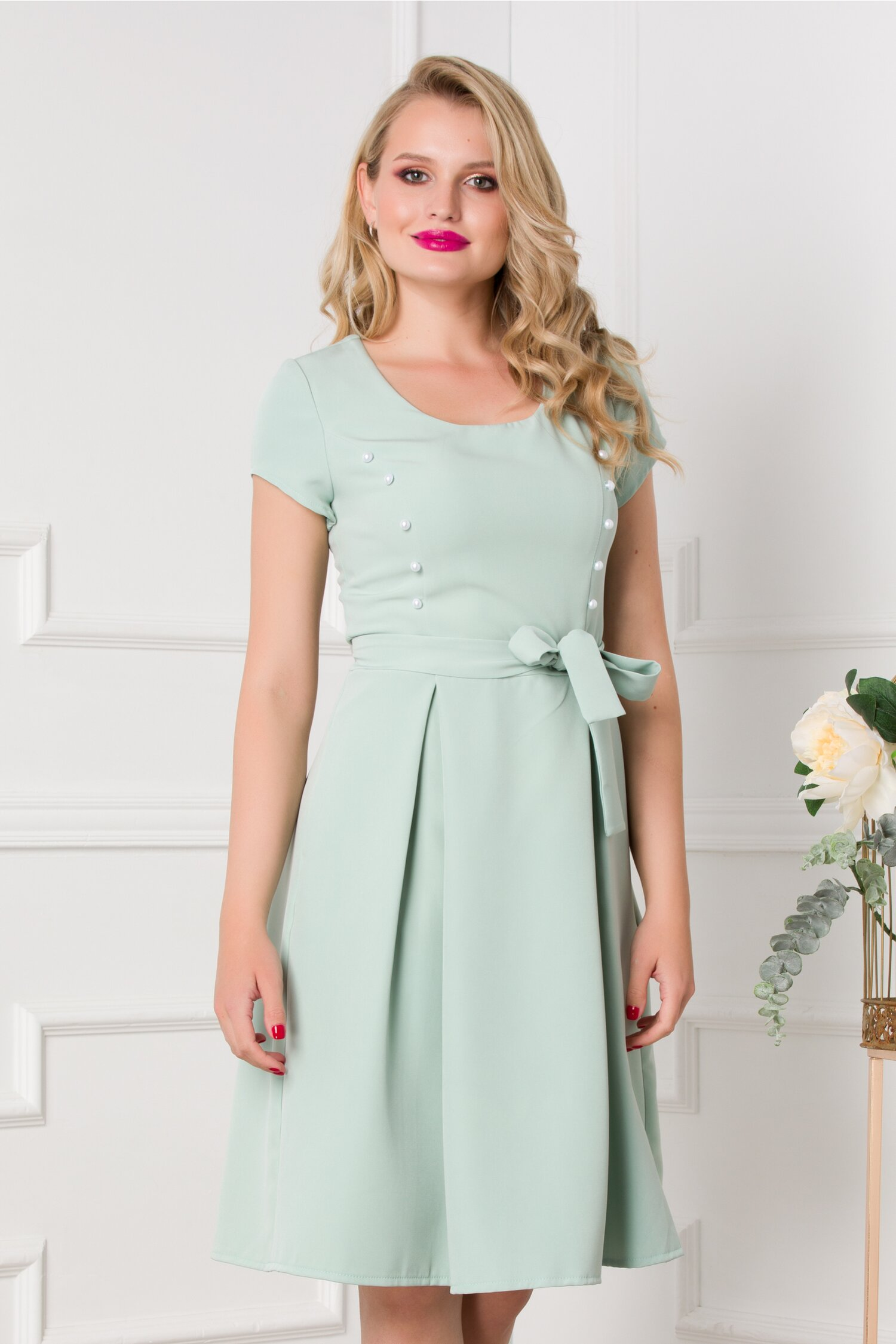 Rochie Erika verde pastelat accesorizata cu nasturasi albi perlati