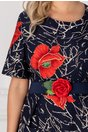 Rochie Fanny bleumarin cu flori rosii si imprimeuri albe