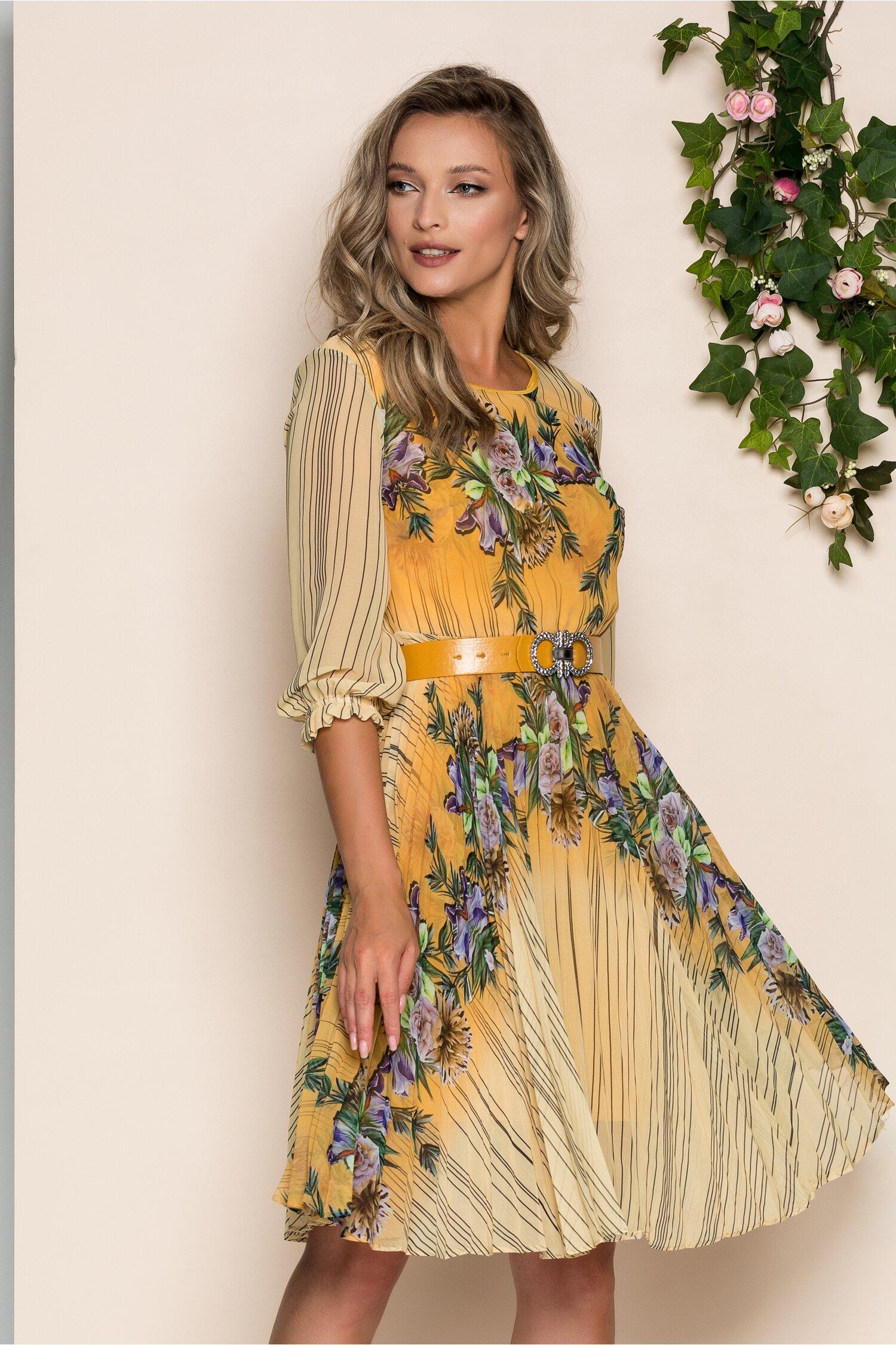 Rochie Georgina galbena cu imprimeu floral mov si pliuri pe fusta