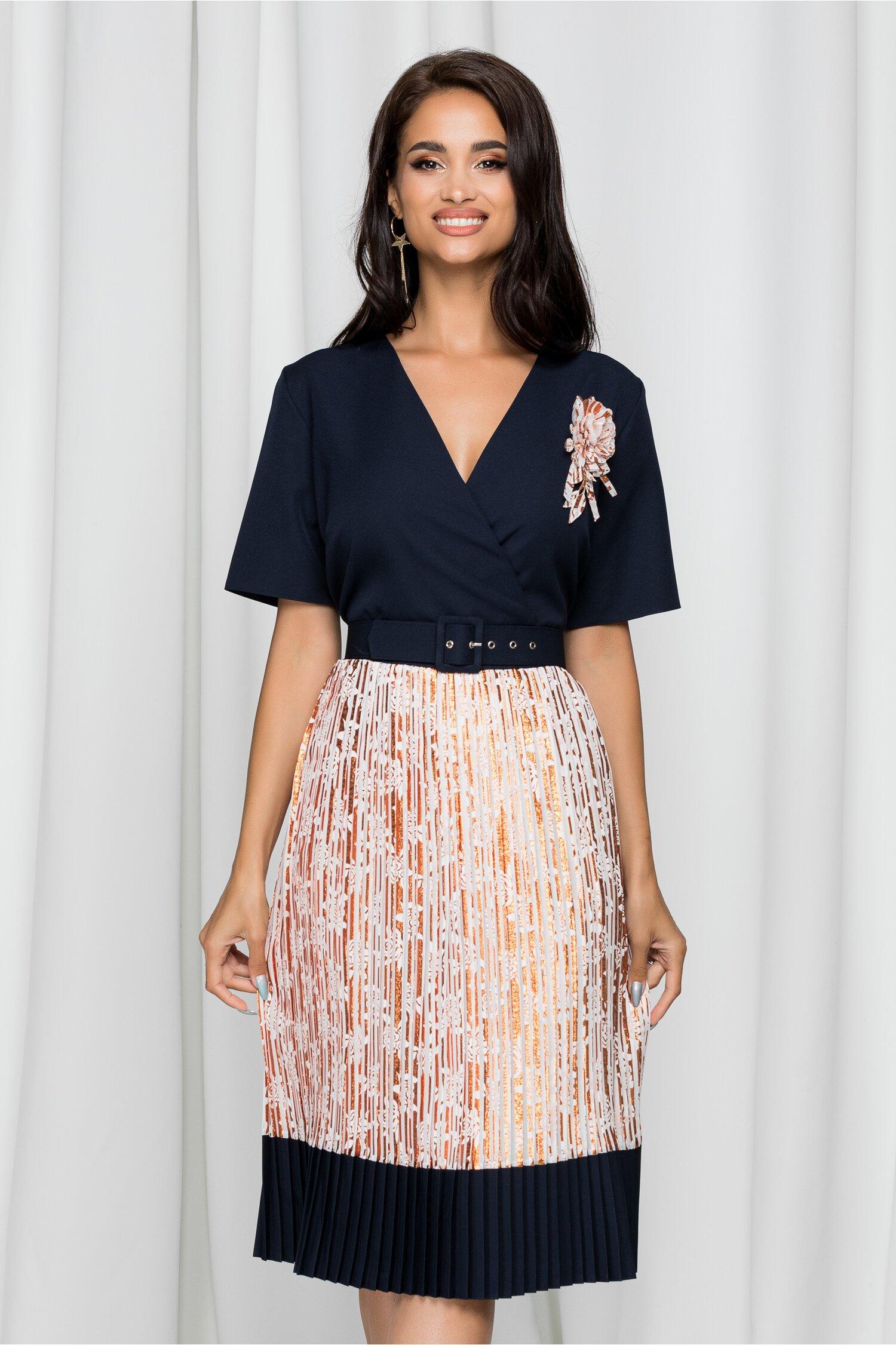 Rochie Gratiela bleumarin cu pliuri aramii pe fusta cu aplicatie florala la bust