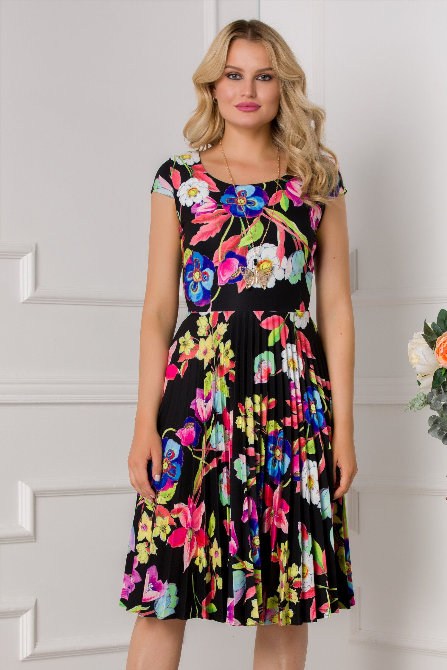 Rochie Ivonne neagra cu maneci scurte si imprimeu floral colorat