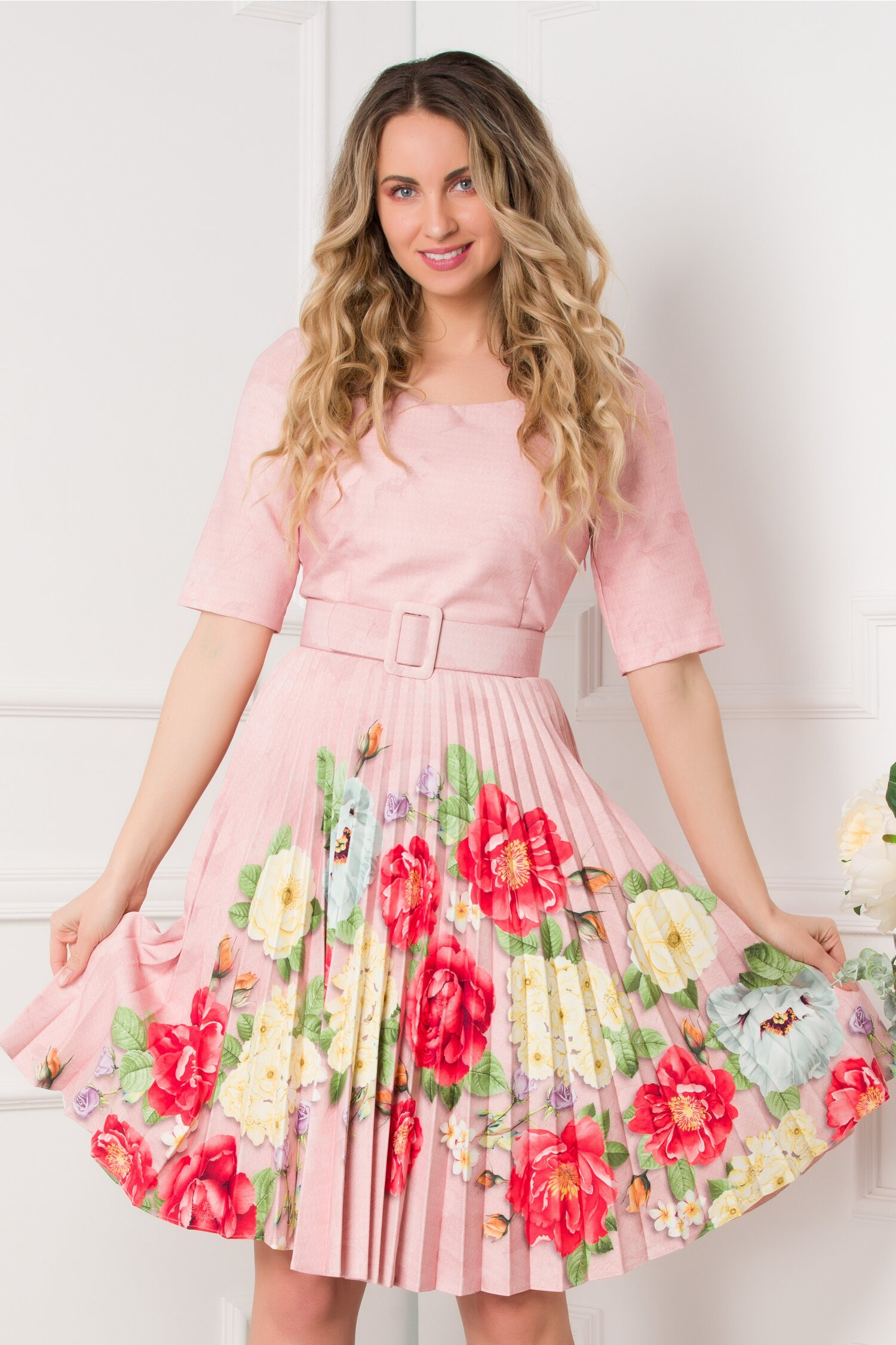 Rochie Ivonne roz cu fusta plisata si imprimeu floral