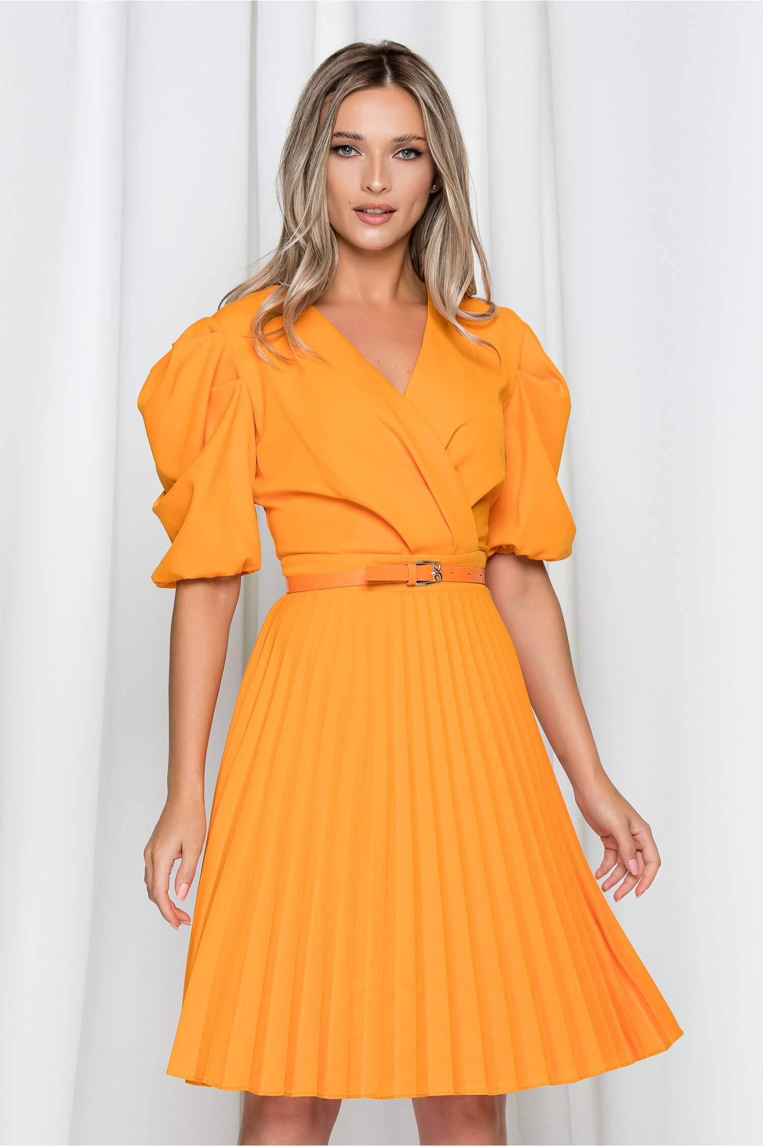 Rochie Karen portocalie cu pliuri pe fusta si maneci bufante