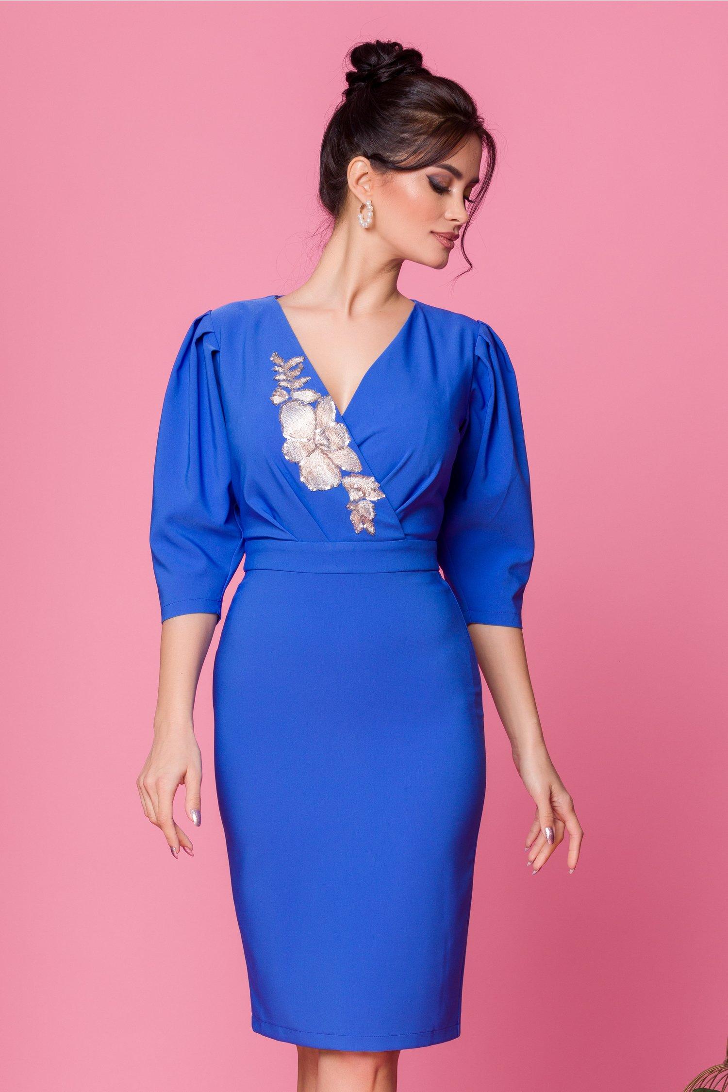 Rochie LaDonna albastra cu decolteu petrecut accesorizat cu broderie