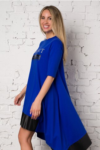Rochie LaDonna albastra cu text imprimat si insertii din piele ecologica neagra