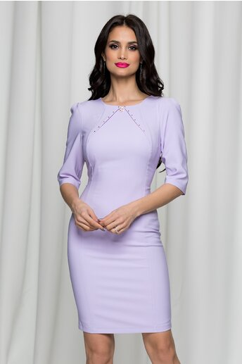 Rochie LaDonna lila cu decolteu rotund accesorizat cu brosa si strasuri