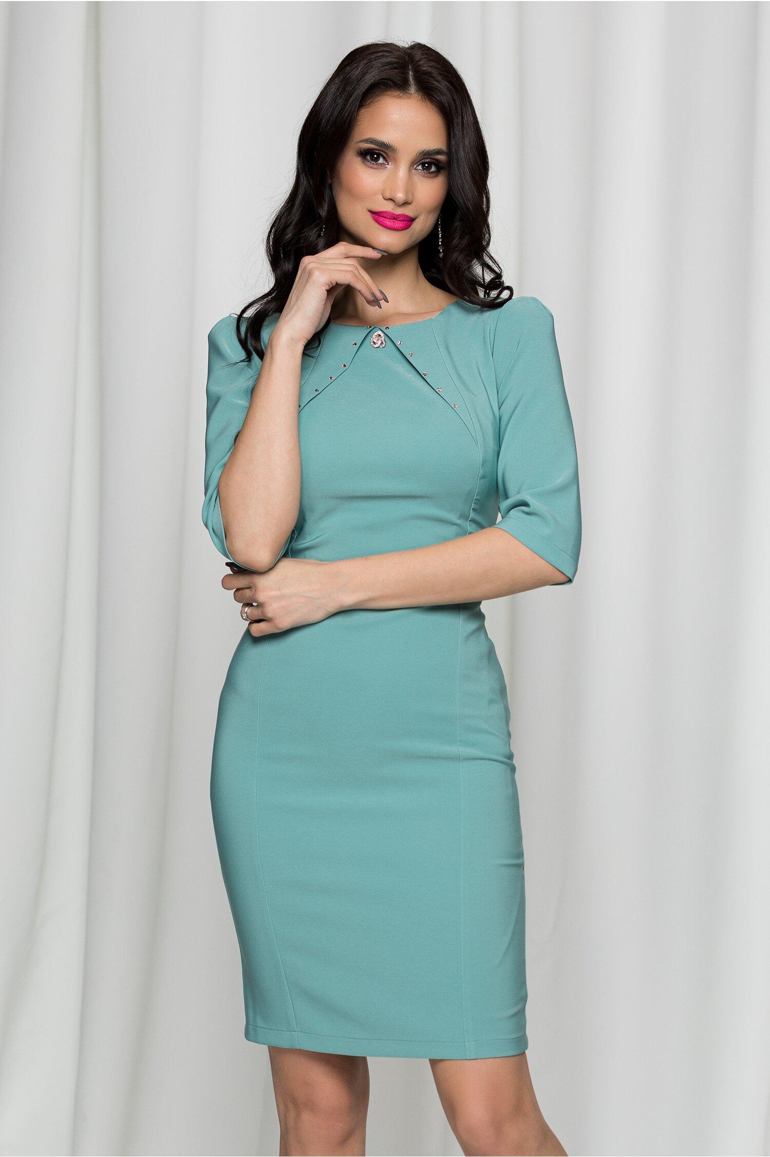 Rochie LaDonna verde mint cu decolteu rotund accesorizat cu brosa si strasuri