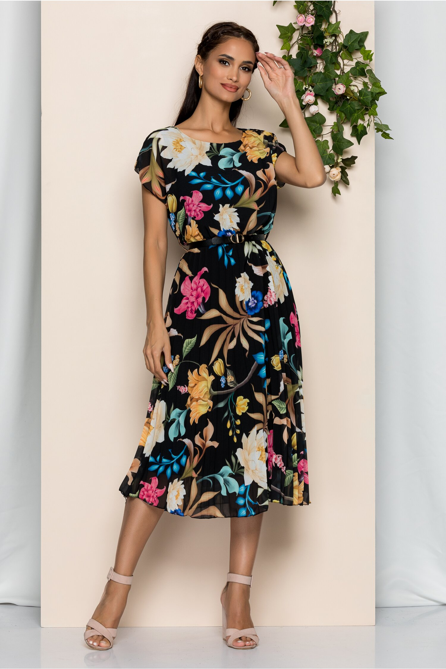 Rochie Manuela neagra cu imprimeu floral si pliuri pe fusta