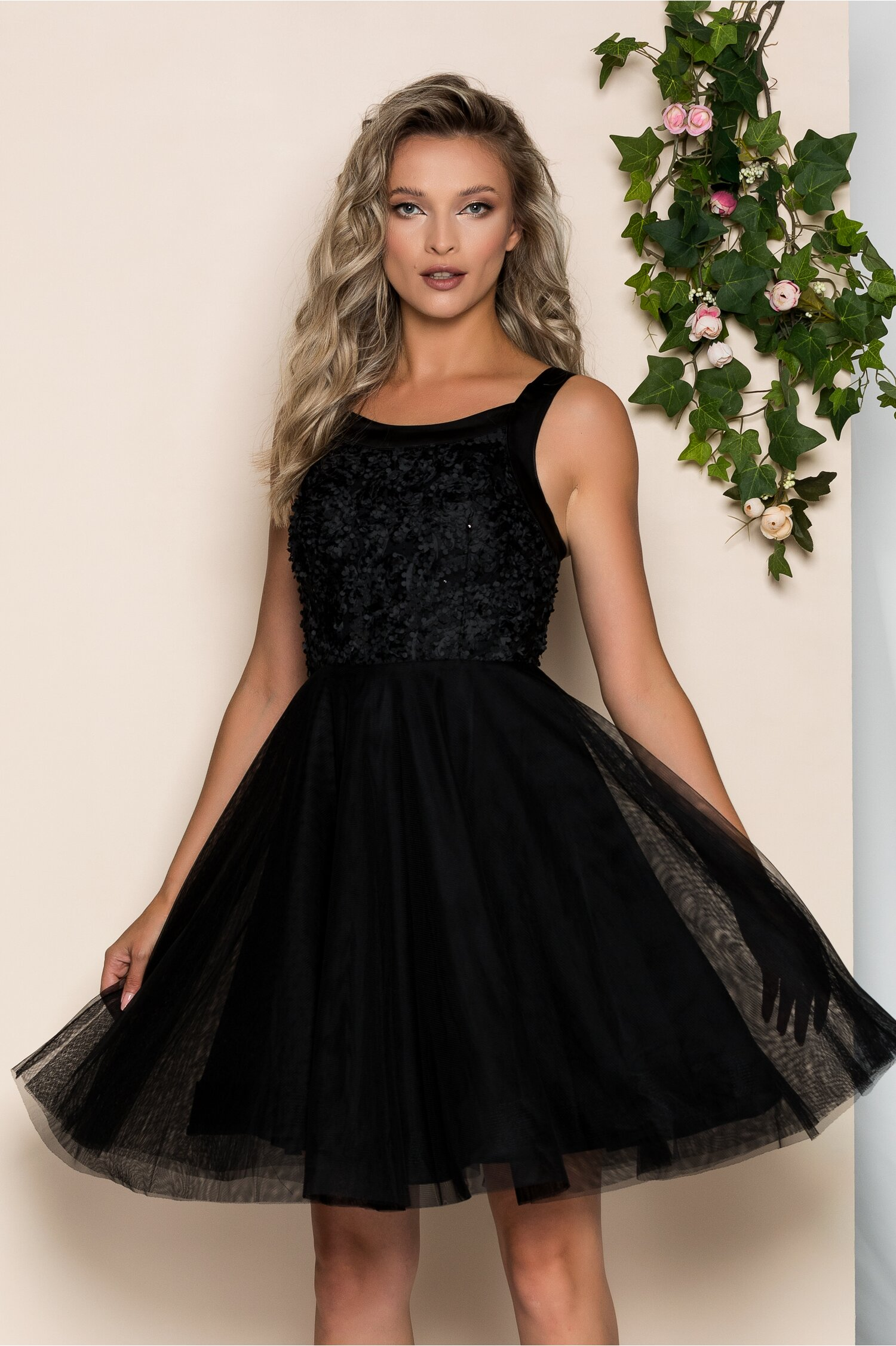 Rochie Marieta neagra cu bust buretat si fusta din tulle