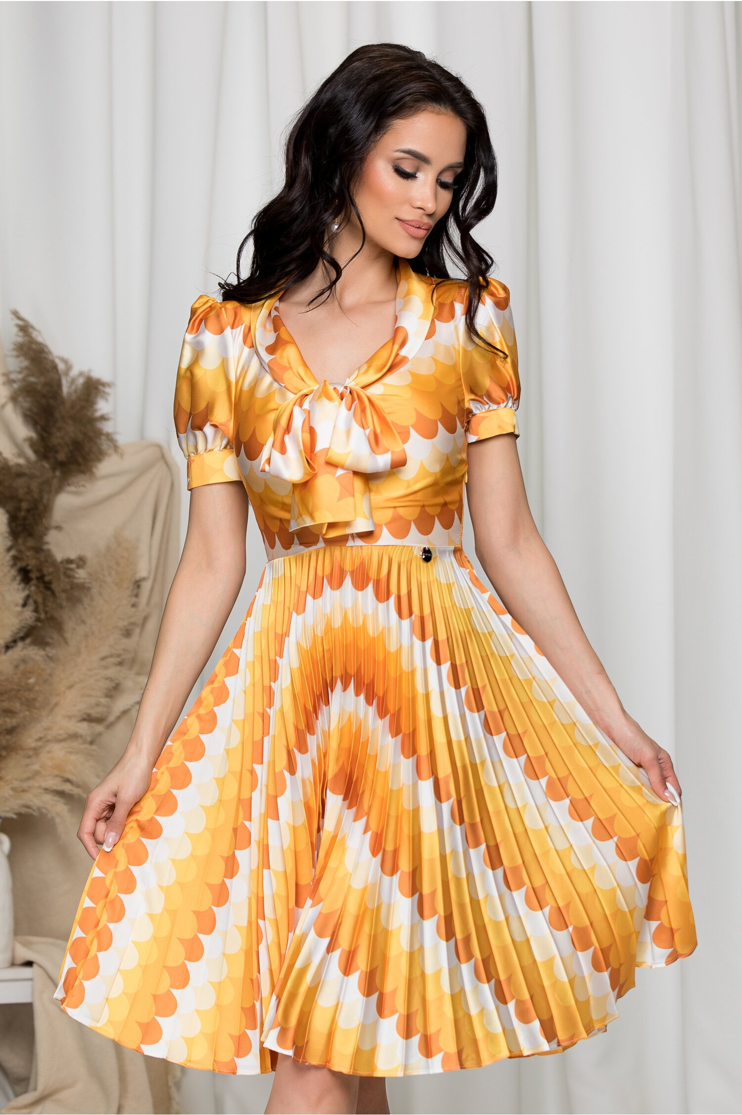 Rochie Masha cu imprimeuri galbene si fusta plisata