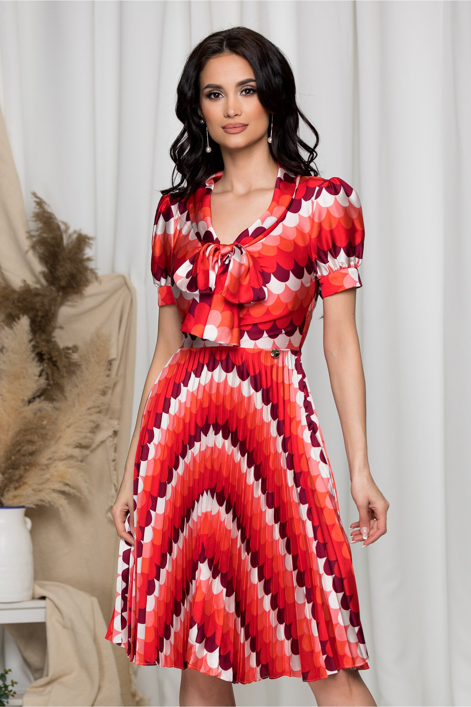 Rochie Masha cu imprimeuri rosii si fusta plisata