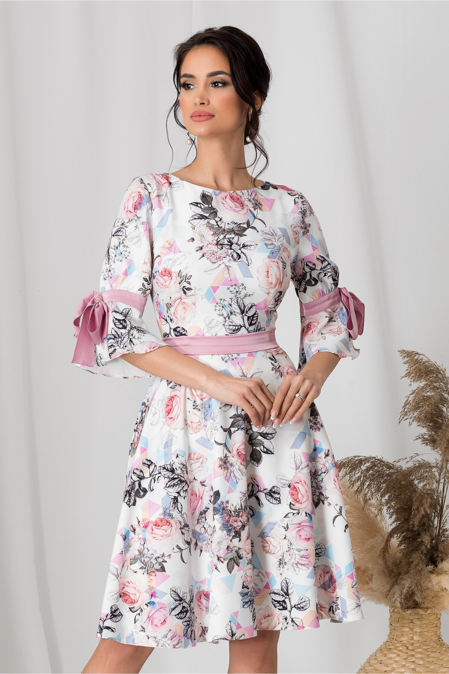Rochie MBG alba cu imprimeu floral gri si roz