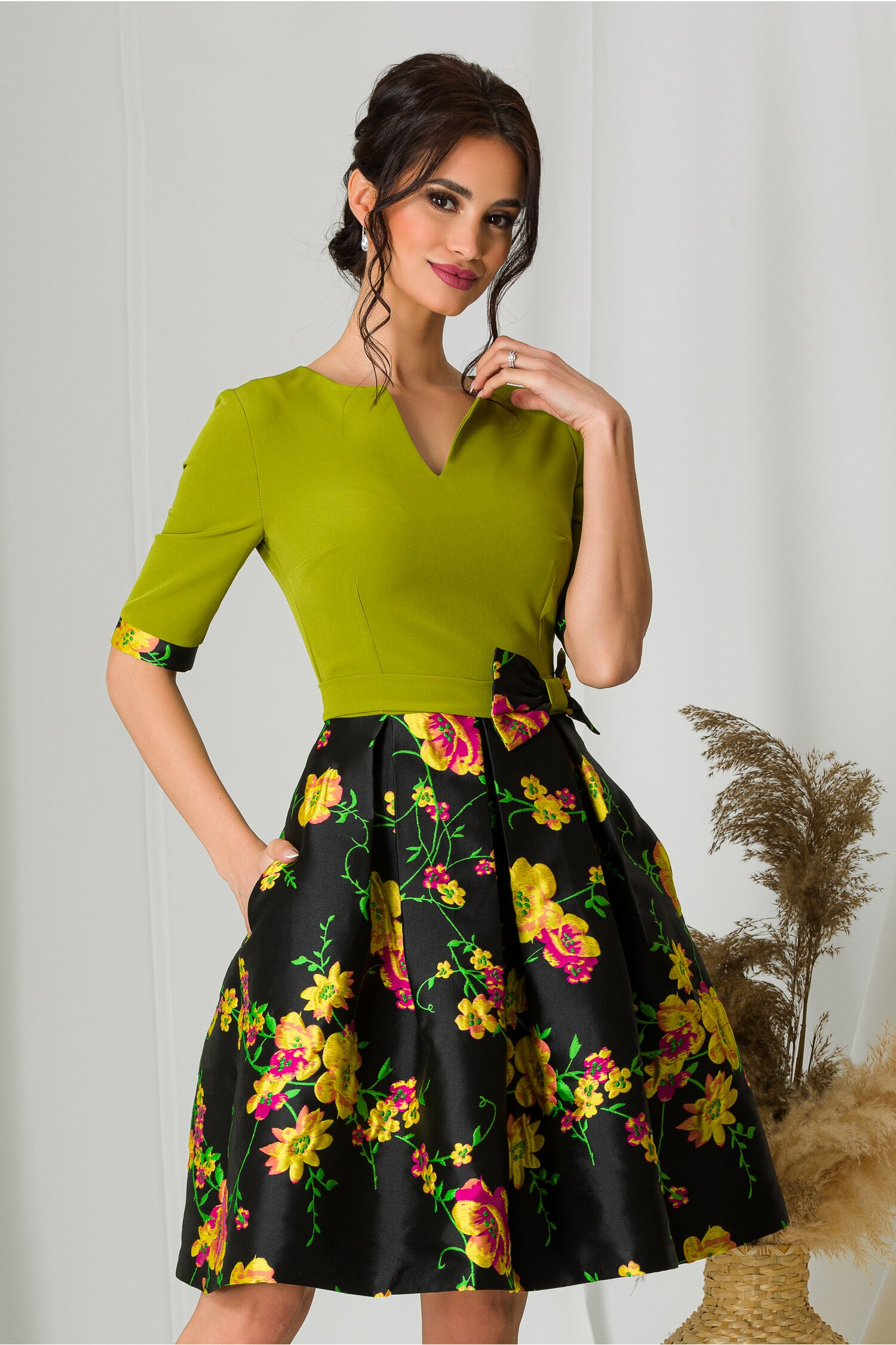 Rochie MBG cu bust verde si fusta neagra cu imprimeuri florale imagine dyfashion.ro 2021
