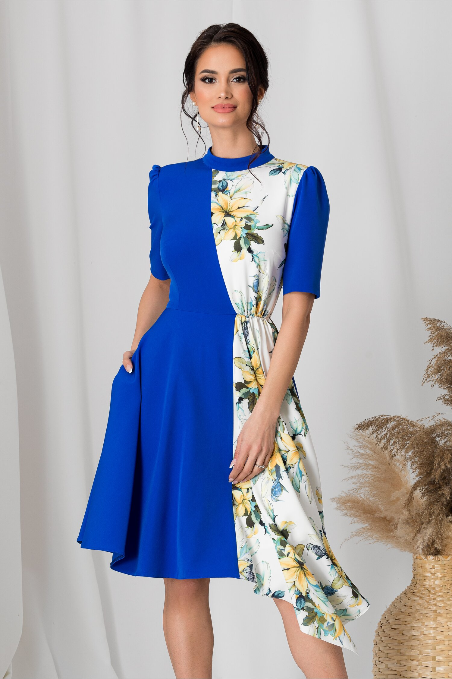 Rochie MBG duo albastru electric si imprimeu floral pe fundal alb imagine dyfashion.ro 2021