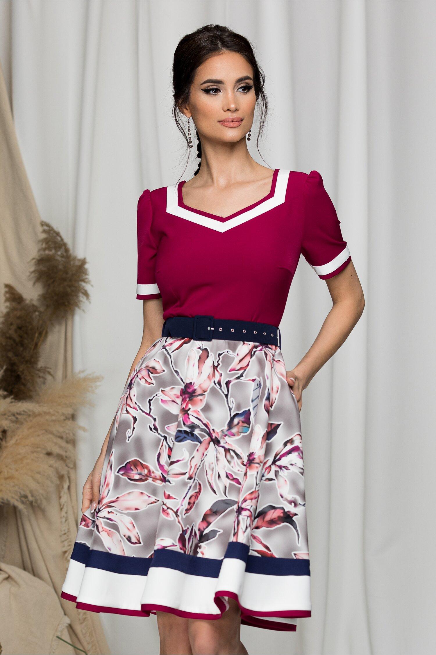 Rochie MBG rosie cu imprimeu floral pe fusta si curea in talie