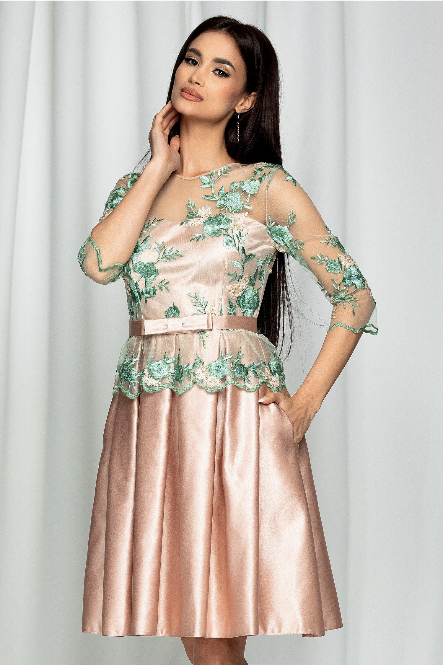 Rochie MBG roz cu broderie florala verde si talie marcata