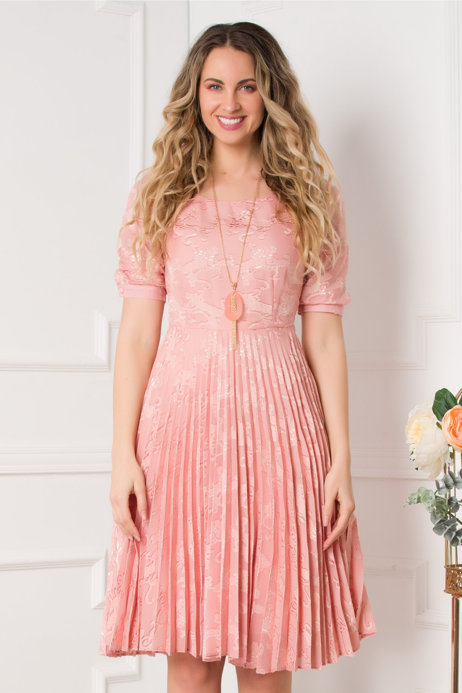Rochie Mikaela roz cu model deosebit si pliuri imagine