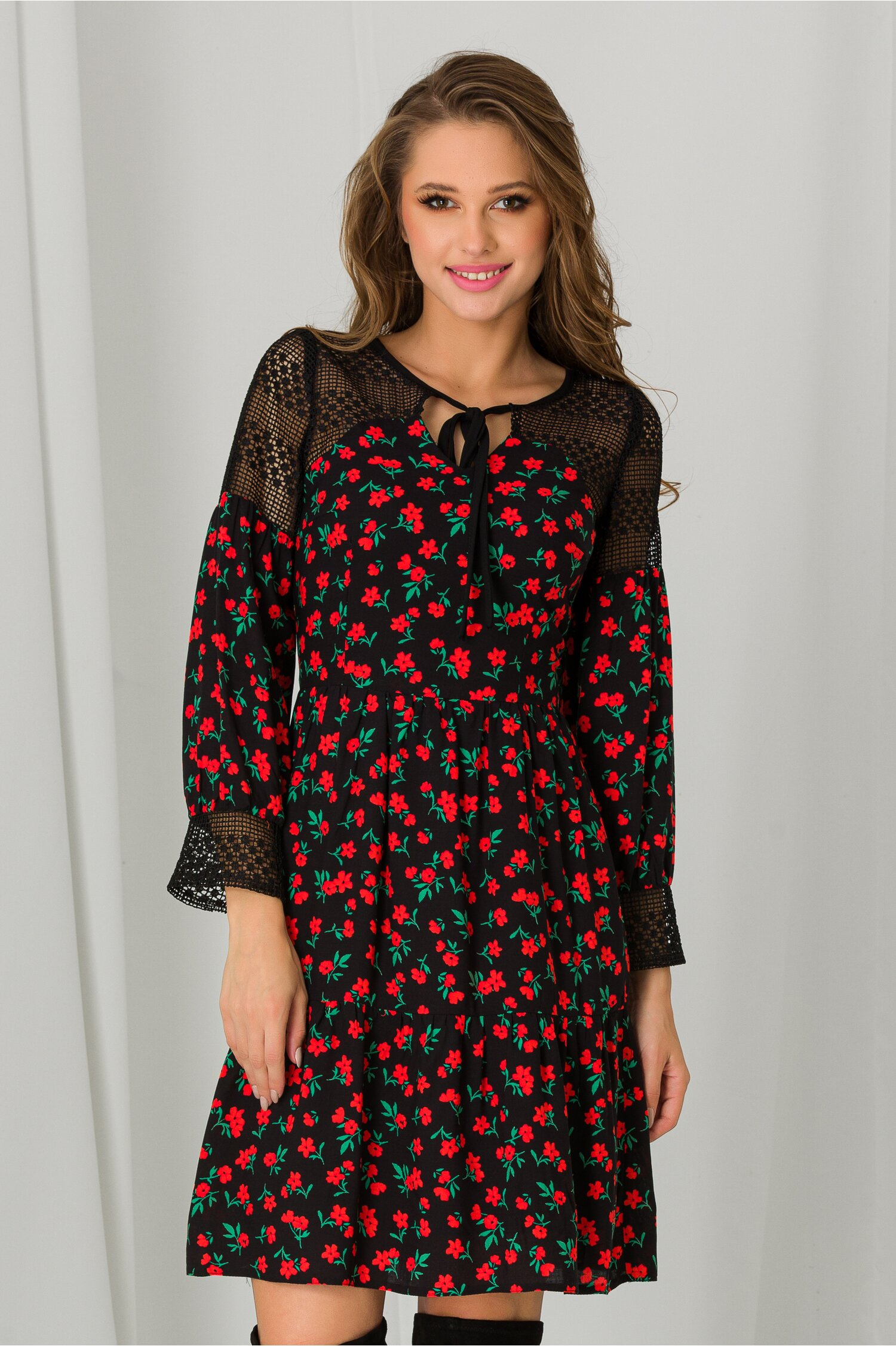 Rochie Moze neagra cu imprimeuri florale rosii si dantela la decolteu imagine dyfashion.ro 2021