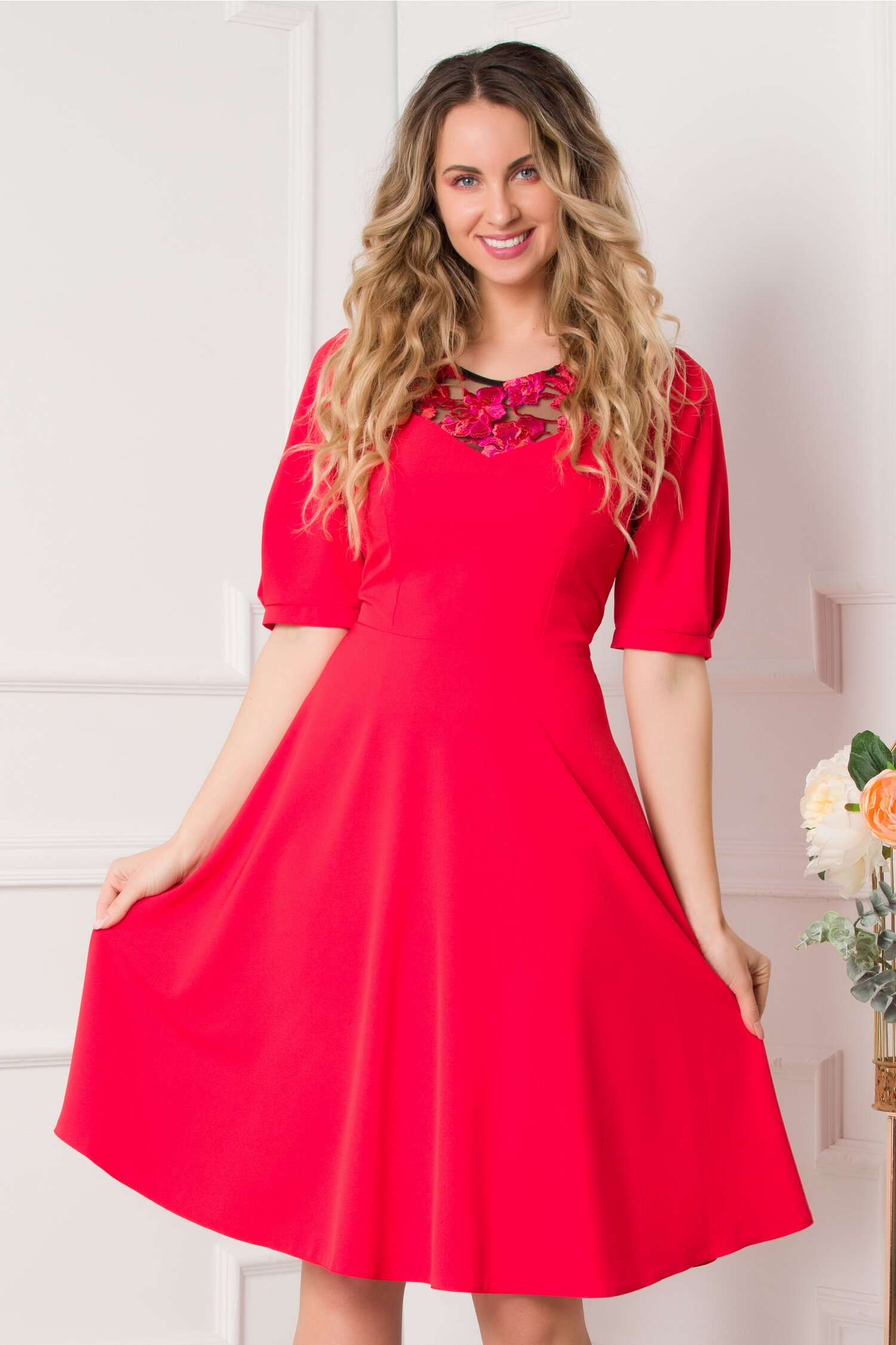 Rochie Moze rosie clos cu broderie florala la decolteu