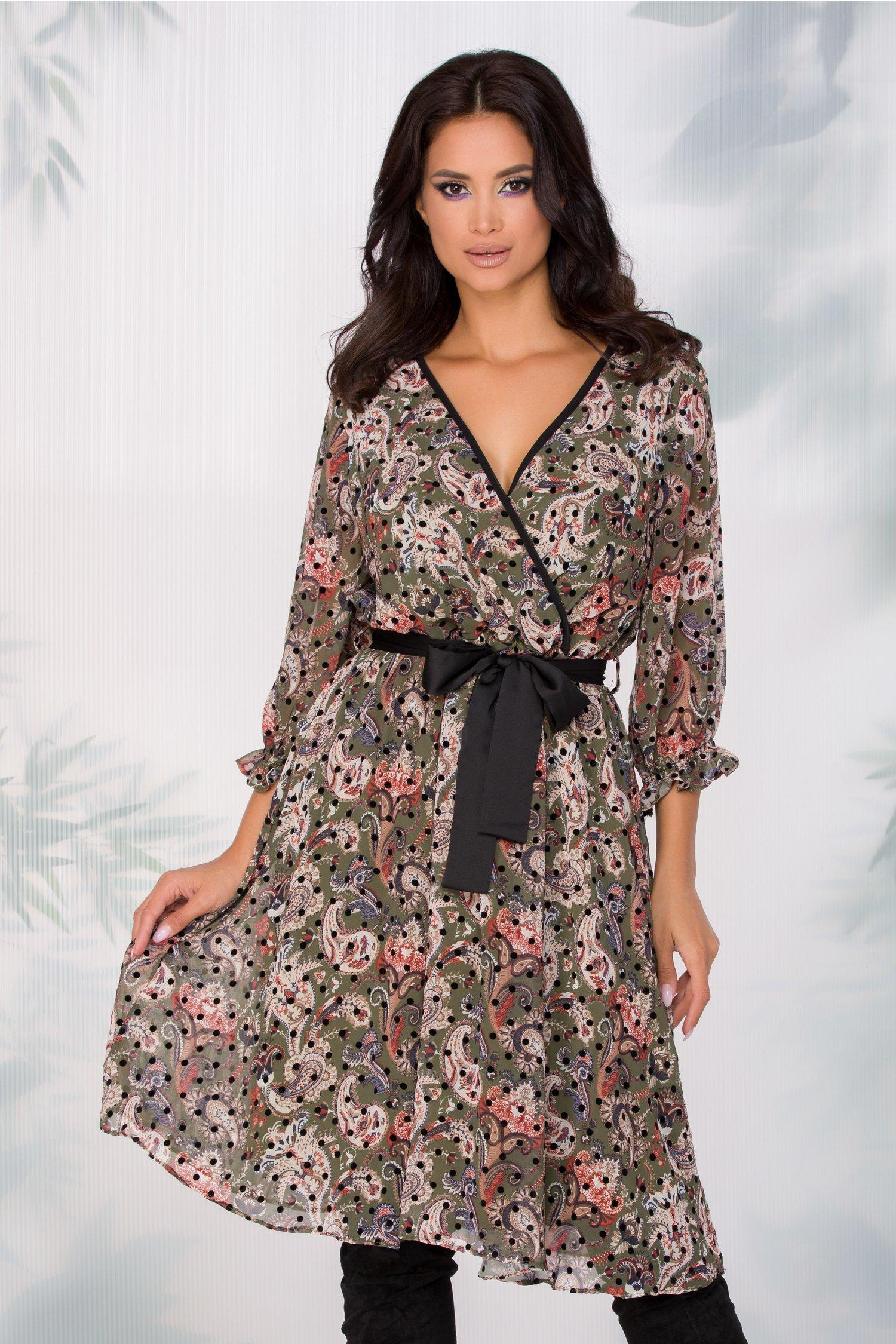 Rochie Naoki Verde Kaki Cu Imprimeu Floral Stil Mandala Si Buline Negre Catifelate