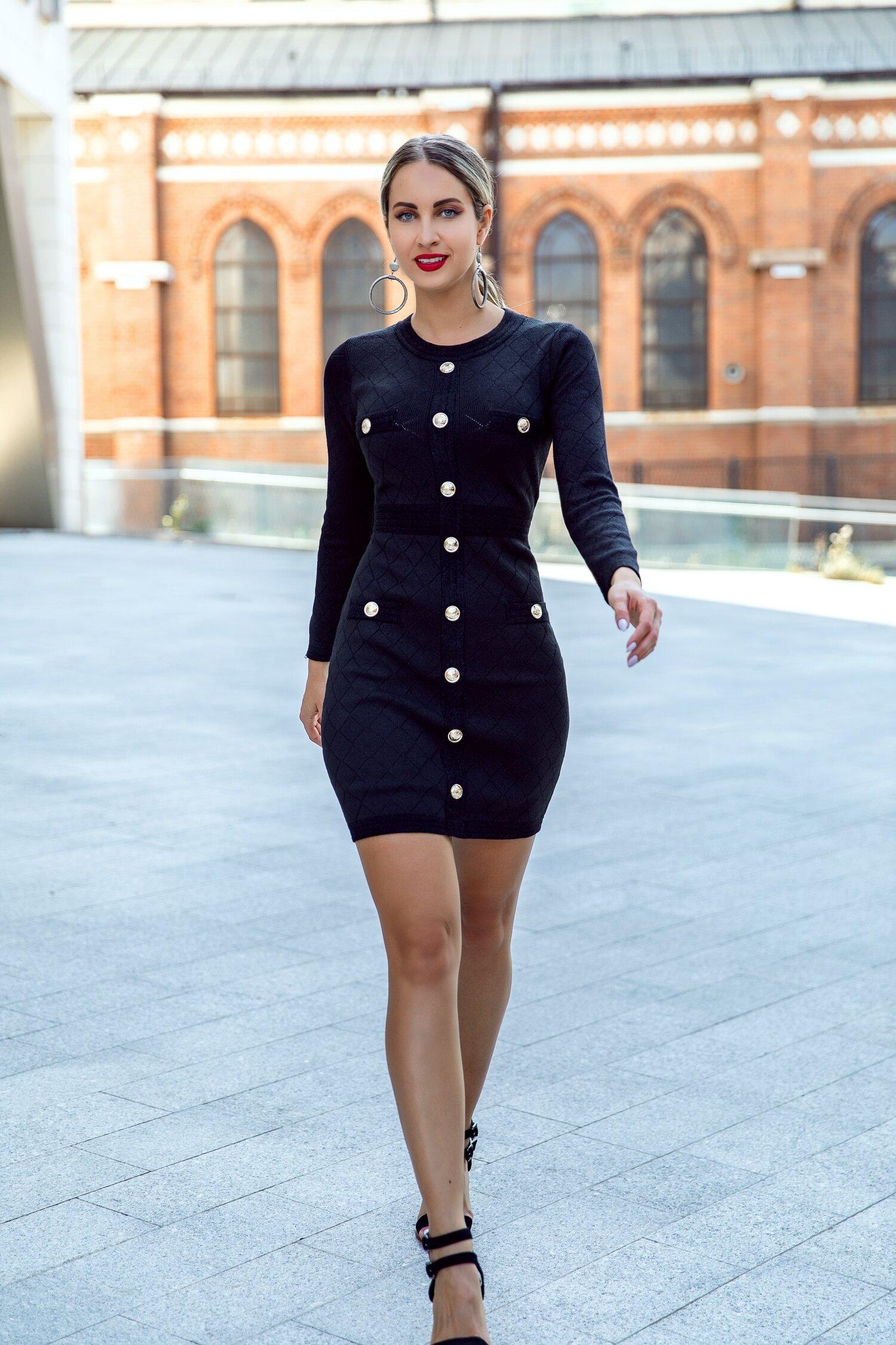 Rochie Reya tricotata neagra cu nasturi aurii decorativi si fermoar la spate