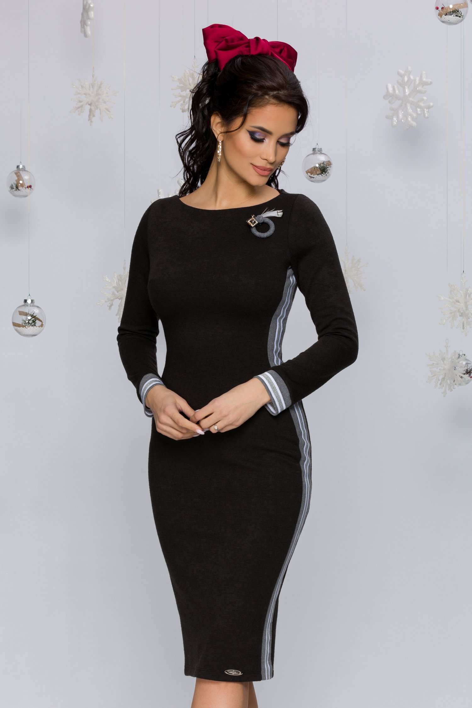 Rochie Rhonda neagra tricotata accesorizata cu benzi decorative