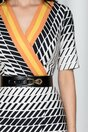 Rochie Ruxandra alba cu imprimeu geometric si decolteu in v petrecut